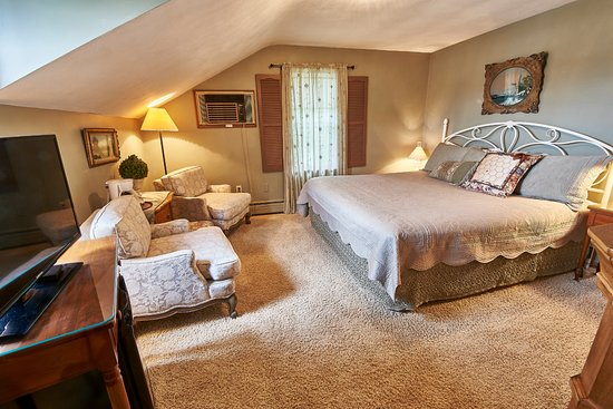 Homestead, IA: Room 8 - Charming king-size room with sloping second floor ceiling.