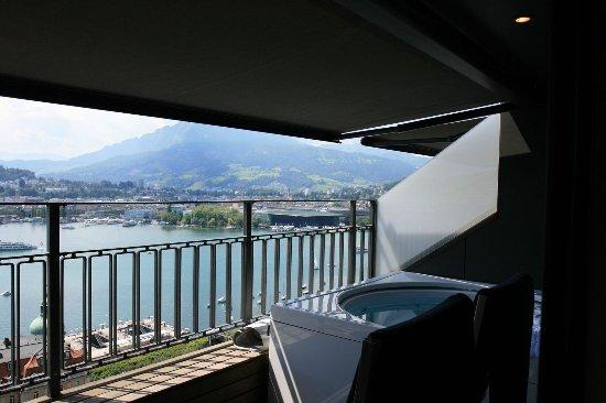 aussicht auf die stadt see und berge mit dem whirlpool auf dem balkon picture of art deco. Black Bedroom Furniture Sets. Home Design Ideas