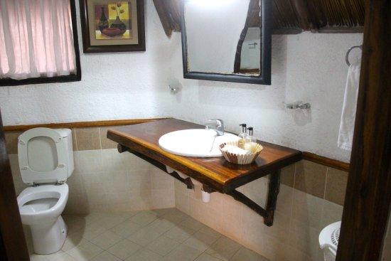Lake Manyara National Park, Tanzania: Bathroom has solid walls