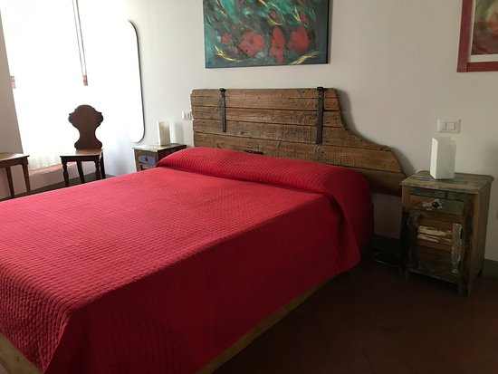 B&B Bonsignori: Beautiful room with street view and wonderful old beams on the cieling