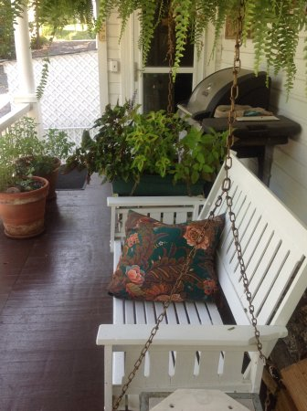 Highlawn Inn: Side porch