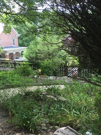 Highlawn Inn: Garden path