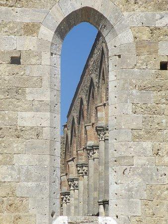 Chiusdino, Italy: achterkant abbazia