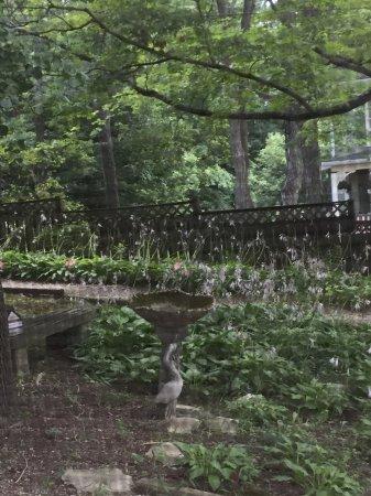 Highlawn Inn: Garden birdbath