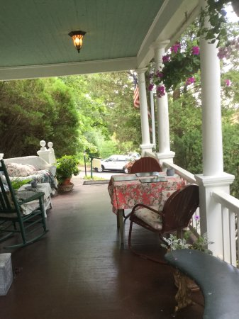 Highlawn Inn: Front porch