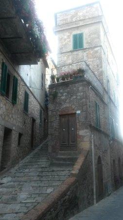Chiusdino, Italien: zomaar een straatje