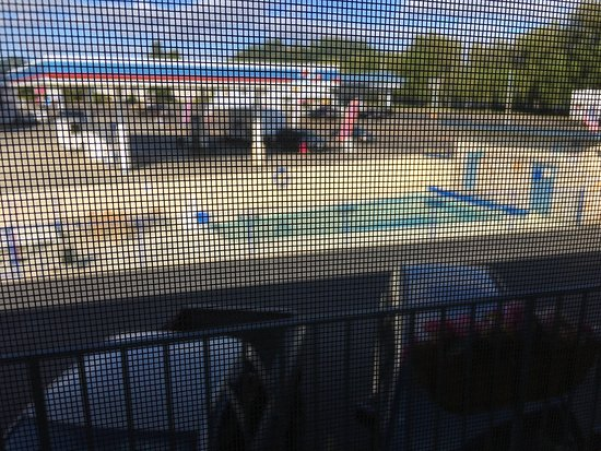 Economy Inn Reedsport: The real view of the pool.  With a huge gas station right next to it, say hello to all the truck