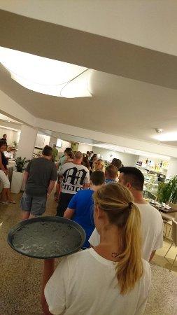 Hotel Zorna: Die Warteschlange am all inklusive... Ca. 20 min für ein Getränk