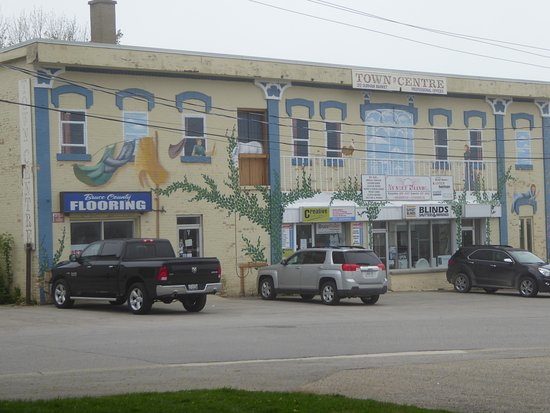 Kincardine, Canada: Trompe l'oeil adorning the front of the Town Centre building