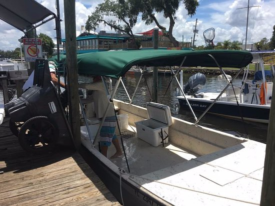 Homosassa, FL: The 24' boat we used for our adventure.