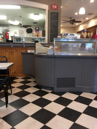 Bath, PA: Ice cream counter and grill area.