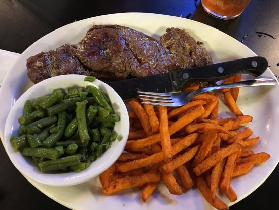Buffalo, Teksas: steak, greeen beans, sweet potato fries, rolls, sweet tea