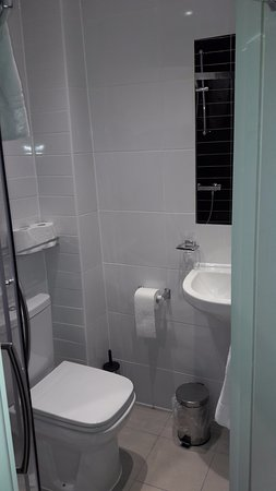 Marble Arch Inn: Small yet adequate, shower is fine...