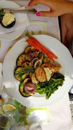 Zgorzelec, Poland: Grilowane piersi kurczaka z warzywami