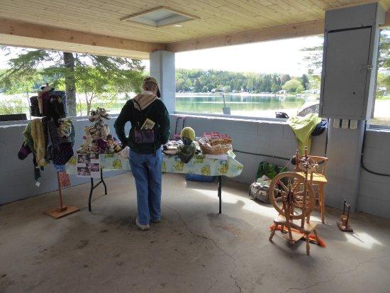 Lion's Head, كندا: Vendor's wares inside the beach pavilion