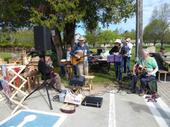 Lion's Head, كندا: Folk band entertainment at the farmer's market