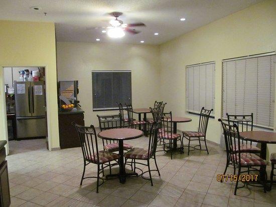Carrollton, KY: Breakfast area.