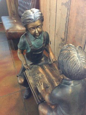 Sanger, Califórnia: A sculpture in a hallway