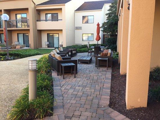 Landover, MD: center courtyard
