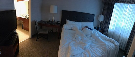 Cambridge Suites Toronto: The king-size bed