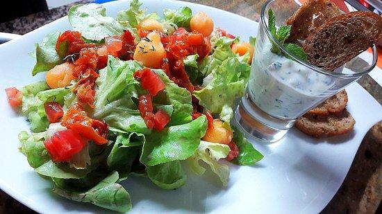 Puisserguier, France: Salade fraîcheur et Tzatziki maison