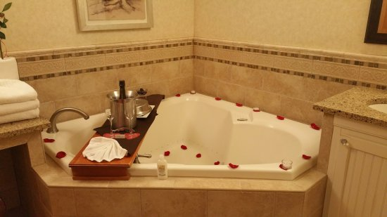 Stephanie Inn: Tub Side Dinning