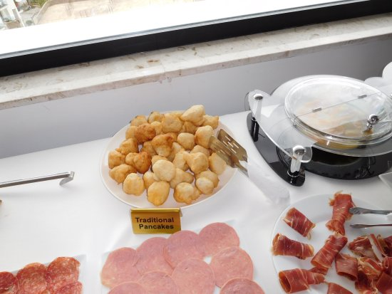 Hotel Brilant: 朝食バイキング(伝統的料理の1例)の一部