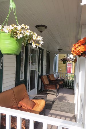 Alanna's Lakeside B&B: Sit outside and watch the world go by!