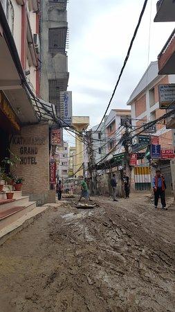 Kathmandu Grand Hotel: A entrada do hotel em Thamel