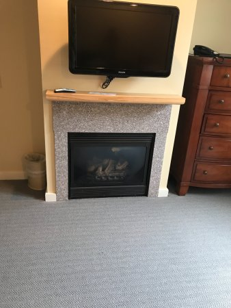 The Pointe at Castle Hill Resort: TV and fireplace in room