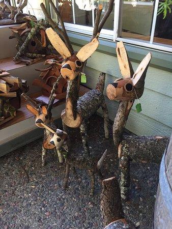 Garberville, แคลิฟอร์เนีย: Log House gift shop...cutest darn deer ever!