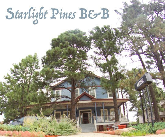 Starlight Pines B&B: Look at the house and those Ponderosas!