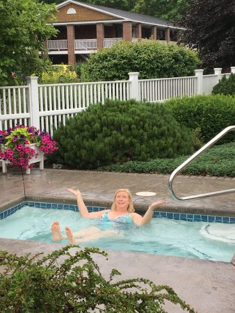 Juniper Hill Inn: Small jacuzzi, but it sure helped ease my travel weary muscles