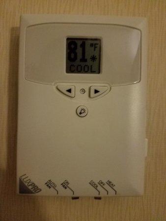 ลินเดน, นิวเจอร์ซีย์: It's 81 degrees in our room because the A/C doesn't work