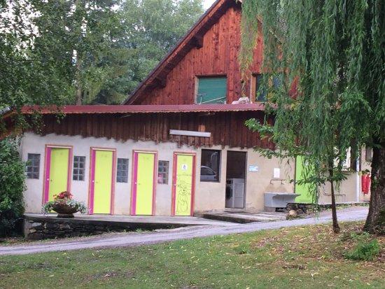 Allevard, France: Vues d'un emplacement et sanitaires.