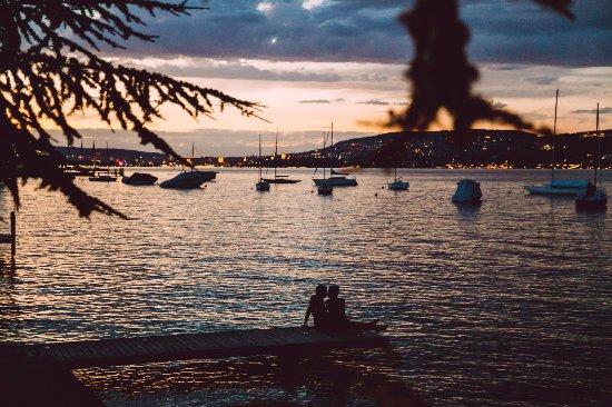 Kilchberg, Suiza: Вечерний вид на озеро