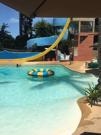 Coco Splash Adventure & WaterPark: La piscine et les deux toboggans