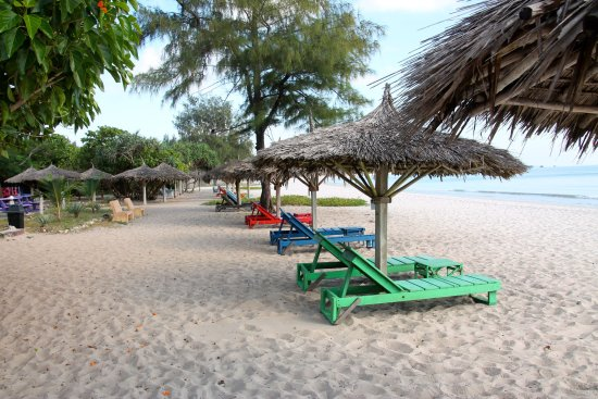 Kipepeo Beach Village: Seating on the beach - fully used in the afternoon