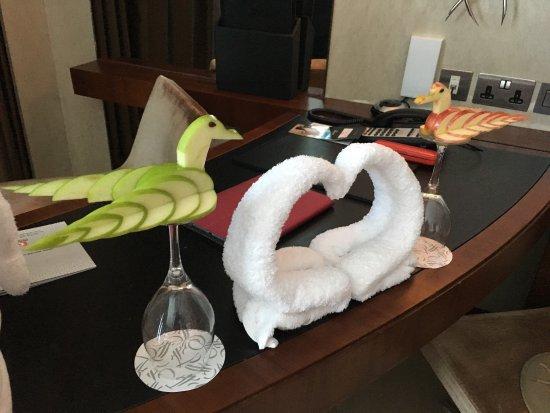 แฟร์ม้อนท์ แบบ ออล บาห์ร: Roy Gonzales who cleaned our room this morning did some amazing fruit art. Such a helpful and pl