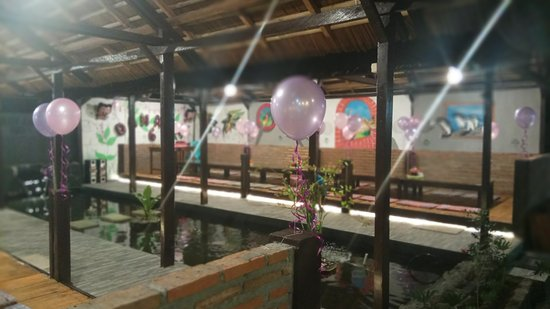 Gorontalo, Indonesia: Lesehan Joglo Ijo bisa untuk acara keluarga. Ada kolam kura-kura dan ikan hiasnya.