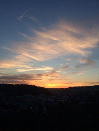 Wettingen, Suiza: Sonnenuntergang vom Feinsten aus dem Garten bei delikatem Essen