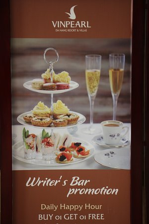 Vinpearl Da Nang Resort & Villas: The writeers Bar Happy Hour .. just off the main Lobby