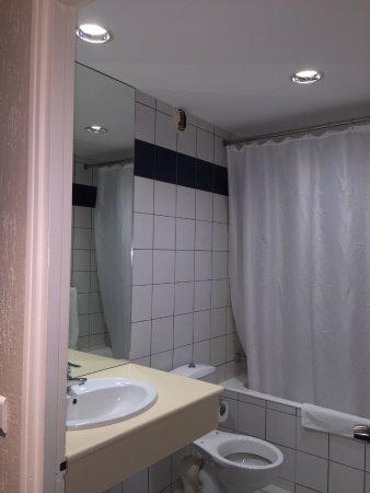 Hotel Le Paris : Shower booth!