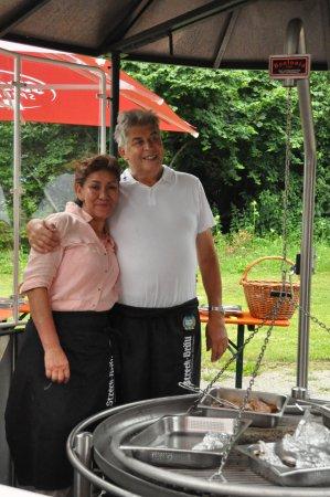 Erbenhausen, Tyskland: Eigenaars echtpaar tijdens de BBQ