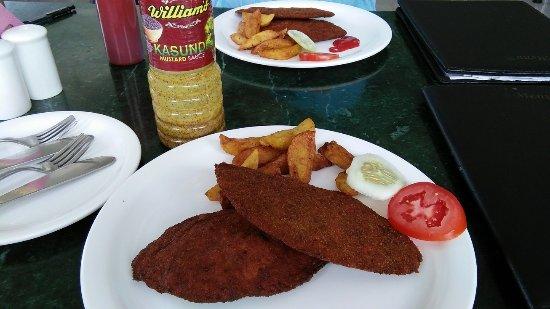 Airport Restaurant: 定番のチキンカツレツ ベンガル料理定番のマスタードを付けても美味しい