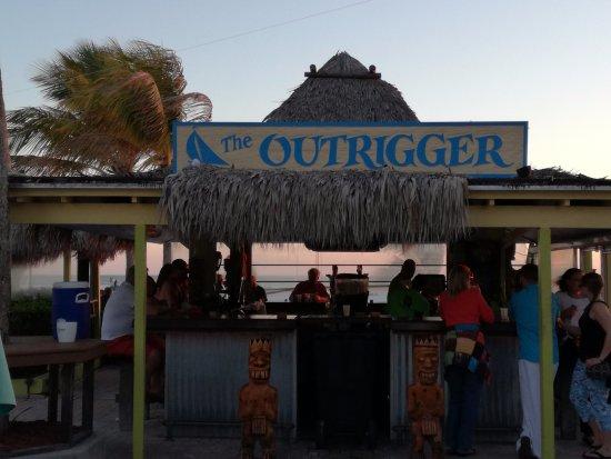 Outrigger Beach Resort: Outside bar