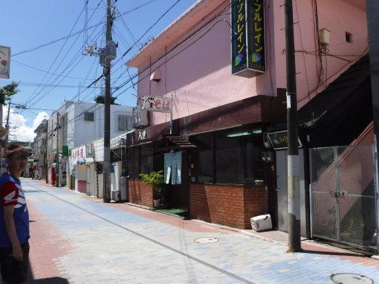 Yae Shokudo: 飲み屋街の一角