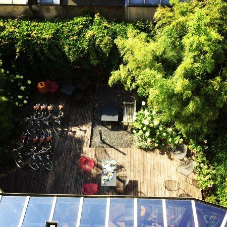 Conscious Hotel Museum Square: hier hebben wij ontbeten, achteraan op het terras.