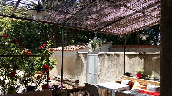 Senas, France : Terrasse arrière