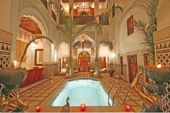 Riad & Spa Esprit du Maroc : patio piscine de nuit
